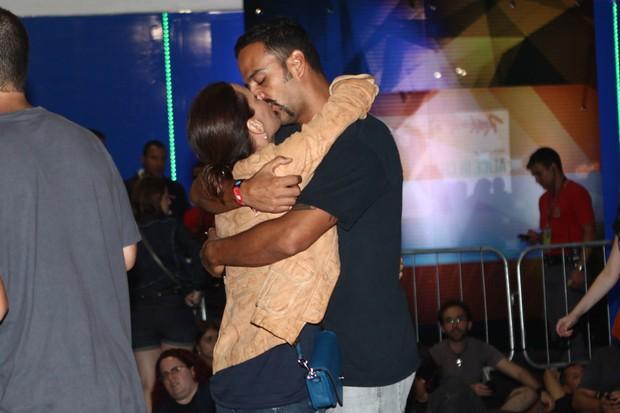 Carolina Ferraz e namorado (Foto: Iwi Onodera / EGO)