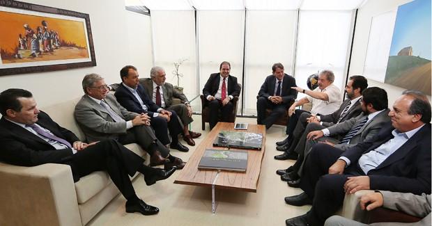 Da esq. para a dir., reunidos com Lula, os governadores Silval Barbosa (PMDB-MT), Teotônio Vilela Filho (PSDB-AL), Sérgio Cabral (PMDB-RJ), Jaques Wagner (PT-BA), Tião Viana (PT-AC), Cid Gomes (PSB-CE), Agnelo Queiroz (PT-DF) e Camilo Capiberibe (PSB-AP) (Foto: Ricardo Stuckert/Instituto Lula)