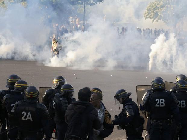 Na França a manifestação teve clima tenso e a polícia lançou gás lacrimogêneo (Foto: Charles Platiau/Reuters)