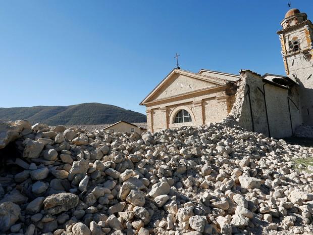 Igreja de Santo Antônio, que fica em uma estrada na Norcia, foi parcialmente destruída após terremoto que atingiu a Itália (Foto: Remo Casilli/Reuters)