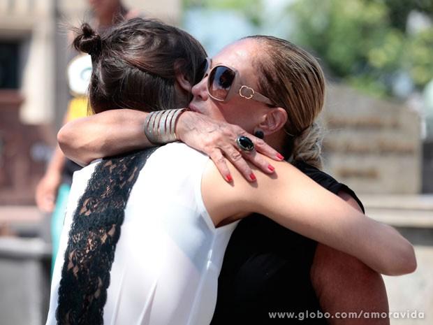 Pilar_abraço  (Foto: Pedro Curi / TV Globo )