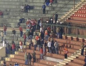 Torcida da Portuguesa protesta contra o time no Canindé (Foto: Marcelo Braga)