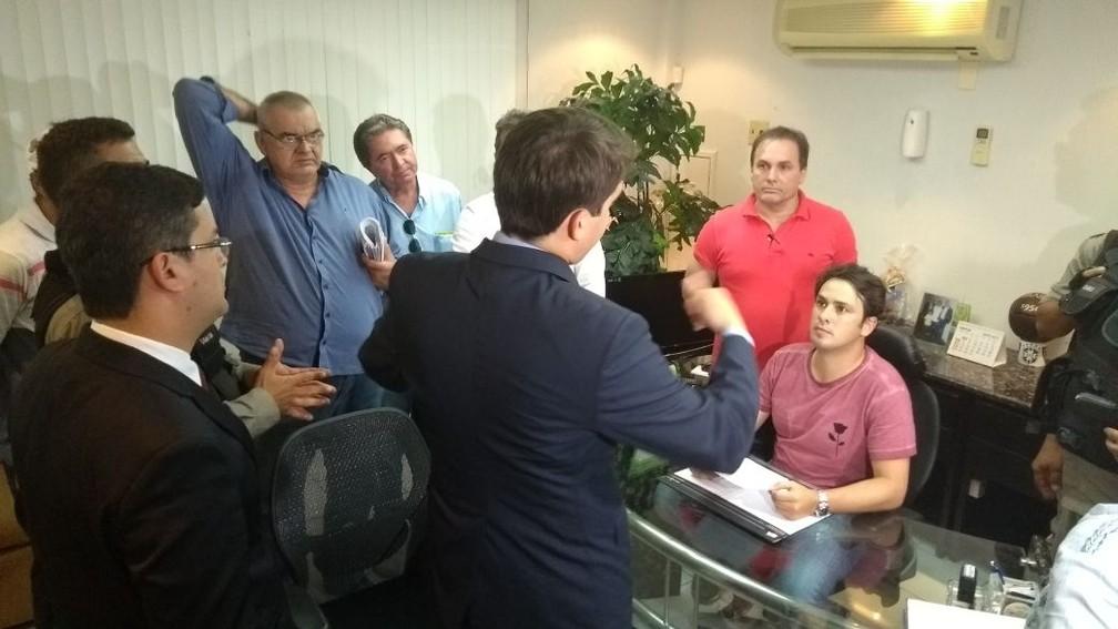 Marcos Souto Maior apresenta procuração e diz que é quem responde pela FPF na ausência de Amadeu (Foto: Cisco Nobre / GloboEsporte.com)