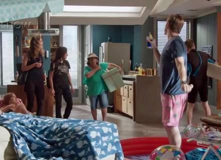 Teaser: Arthur cria 'praia' em casa para Eliza