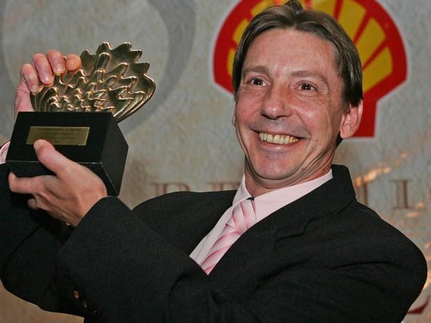 Foto de arquivo de 18/04/2006 do ator Flávio Guarnieri recebendo um Prêmio Shell em homenagem especial a seu pai, o ator Gianfrancesco Guarnieri (1934-2006), por sua contribuição ao teatro brasileiro (Foto: Alex Silva/Estadão Conteúdo)
