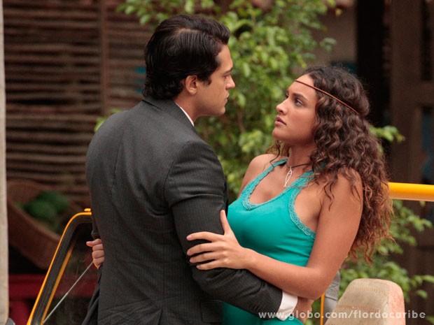 Hélio insiste em falar com Taís (Foto: Flor do Caribe / TV Globo)