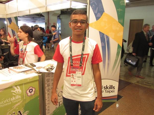 O jovem Leonardo Chaves, de 16 anos, é um dos voluntários que trabalham na World Skills 2015 (Foto: Will Soares/G1)