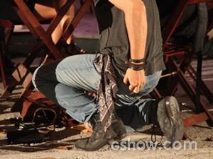 Antônio pega o molho e esconde no bolso da calça (Foto: Carol Caminha / TV Globo)