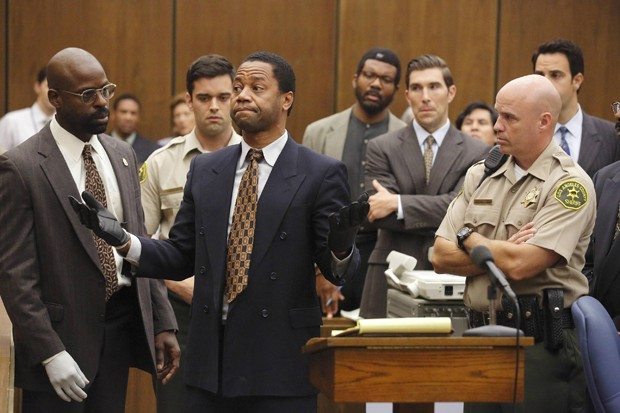 "THE PEOPLE v. O.J. SIMPSON: AMERICAN CRIME STORY ""Conspiracy Theories"" Episode 107 (Airs Tuesday, March 15, 10:00 pm/ep) -- Pictured: (l-r) Sterling K. Brown as Christopher Darden, Cuba Gooding, Jr. as O.J. Simpson. CR: Ray Mickshaw/FX (Foto: Divulgação)"