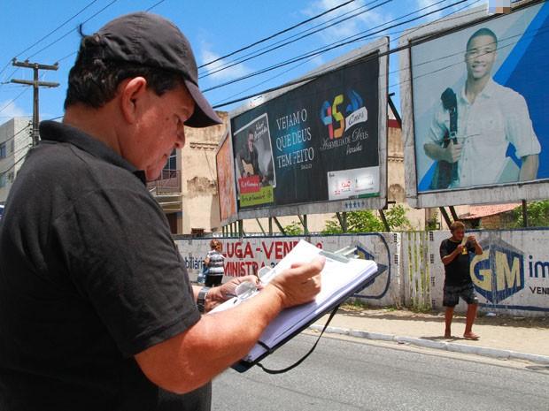 Operação retirou outdoors que estão irregulares em terrenos de João Pessoa (Foto: Rizemberg Felipe / Jornal da Paraíba)