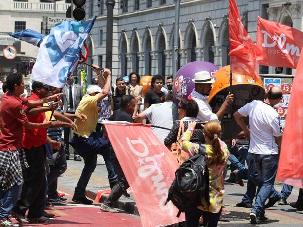 Briga ocorreu em frente ao Theatro Municipal (Foto: Michel Filho/Agência O Globo)