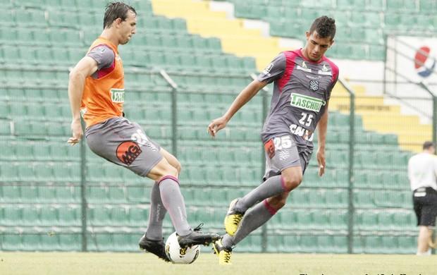 Gutti e Clayton disputam bola em treino do Figueirense (Foto: Luiz Henrique / divulgação FFC)
