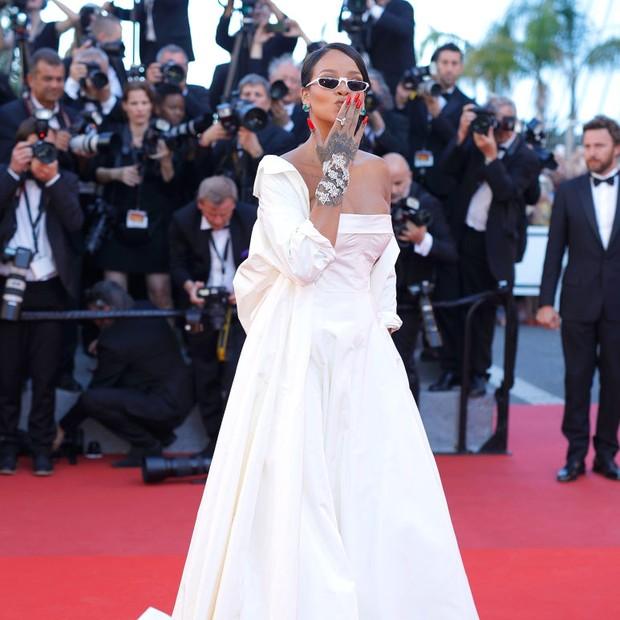 Rihanna manda beijo aos fãs em Cannes (Foto: Getty Images)