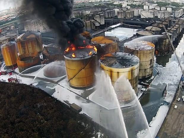Incêndio ainda atinge um tanque de combustível em Santos, SP (Foto: Reprodução/TV Tribuna)