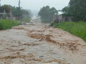 Chuva alagou várias ruas da cidade de Monte Alegre (Foto: Arney Barreto/TV Tapajós)