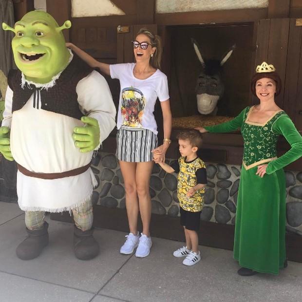 Ana Hickmann e o filho, Alexandre Jr., com os personagens Shrek e Fiona (Foto: Reprodução/Instagram)