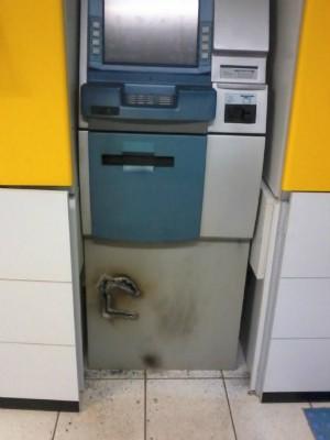 Assaltantes não conseguiram abrir o caixa eletrônico para pegar o dinheiro (Foto: PM / Divulgação)