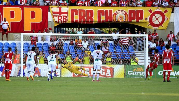 Fernando, de pênalti, desloca Marcão e abre o placar para o CRB contra o ASA (Foto: Aílton Cruz / Gazeta de Alagoas)