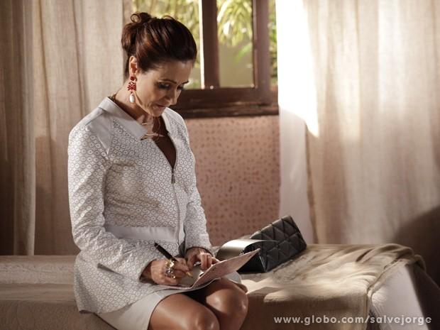 Berna aceita a chantagem e preenche mais um cheque para Wanda (Foto: Salve Jorge/TV Globo)