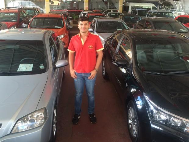 Hugo Borges faz postagens bem-humoradas em rede social para vender veículos usados em Goiânia, Goiás (Foto: Vitor Santana/G1)
