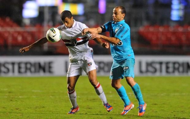 Léo, do Santos, e Lucas, do São Paulo, disputam bola no clássico San-São (Foto: Marcos Ribolli/Globoesporte.com)