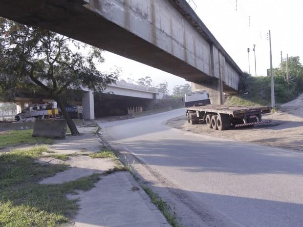 Trecho da Avenida Nove de Abril sob o viaduto está fechado (Foto: Mara Anjos / Prefeitura de Cubatão)