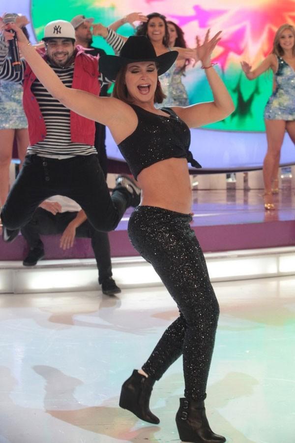 Gaby Spanic dança e mostra barriguinha chapada (Foto: Leo Franco/AgNews)