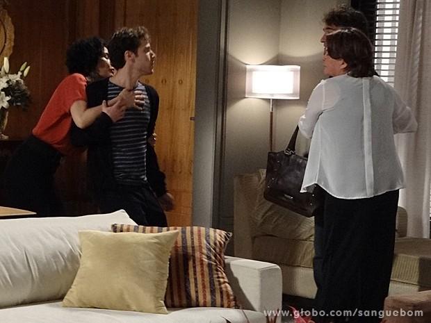 Maurício parte para cima de Fabinho, mas Verônica segura o filho (Foto: Sangue Bom/TV Globo)
