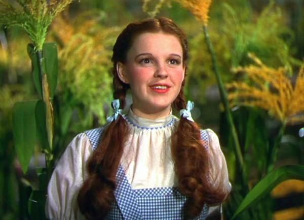 A protagonista de 'O Mágico de Oz' foi encontrada morta aos 47 anos no banheiro de sua casa em Londres. Depois foi constatado que a causa da morte foi uma overdose de barbitúricos. (Foto: Reprodução)
