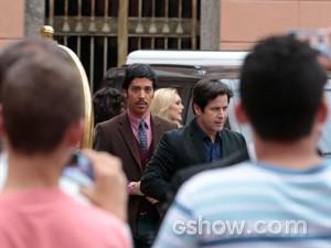 Curiosos e jornalistas aguardam a chegada do casal (Foto: Felipe Monteiro / TV Globo)