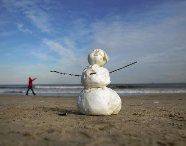 Boneco de neve é montado em Virginia Beach, no estado de Virgínia (EUA) (Foto: The Virginian-Pilot, L. Todd Spencer/AP)