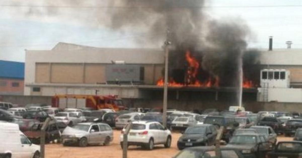 Incêndio atinge geradores de gráfica e carros estacionados em ... - Globo.com