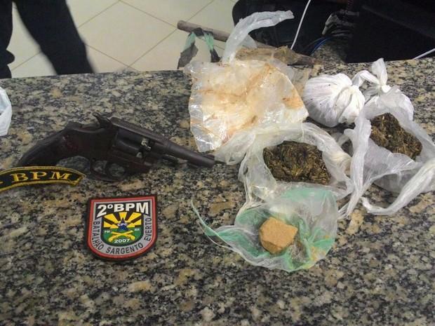 PM apreendeu um revólver calibre 32, maconha e pasta base de cocaína com o garoto (Foto: Polícia Militar/Divulgação)