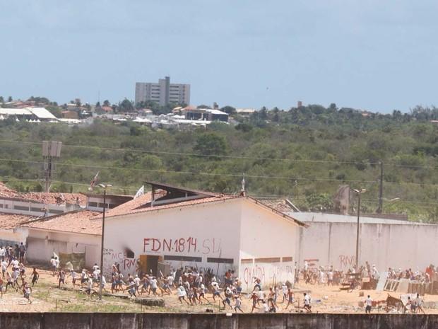 Detentos se rebelam novamente na Penitenciária Estadual de Alcaçuz (Foto: Elias Jornalista)