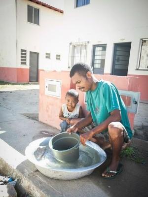 Fábio dos Santos e o filho, Diego Samuel, estão sem água em casa, no espírito santo (Foto: Marcelo Prest/A Gazeta)