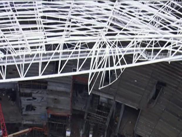 Cai parte de estádio do Palmeiras (Foto: Reprodução/TV Globo)