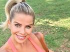 Grávida de 5 meses, Karina Bacchi pratica yoga ao ar livre: 'Dia especial'