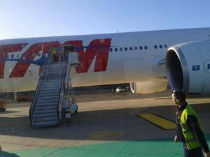 Passageiros se queixam da demora por informações após pouso não previsto. (Foto: Evandro Mendes/VC no G1)