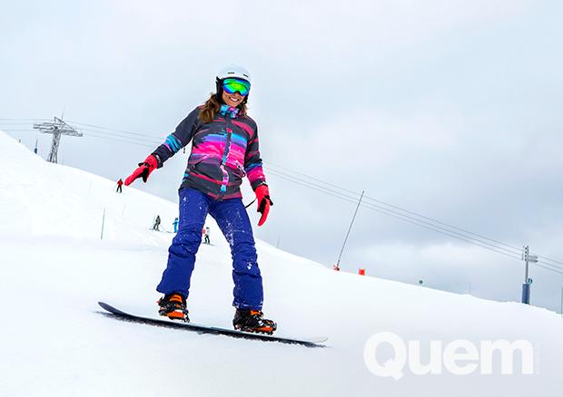 Juliana Paes pratica snowboard na estação de esqui do Club Med, nos Alpes Franceses (Foto: Nina Jacobi/ Flare Fotografia/ Ed.Globo)