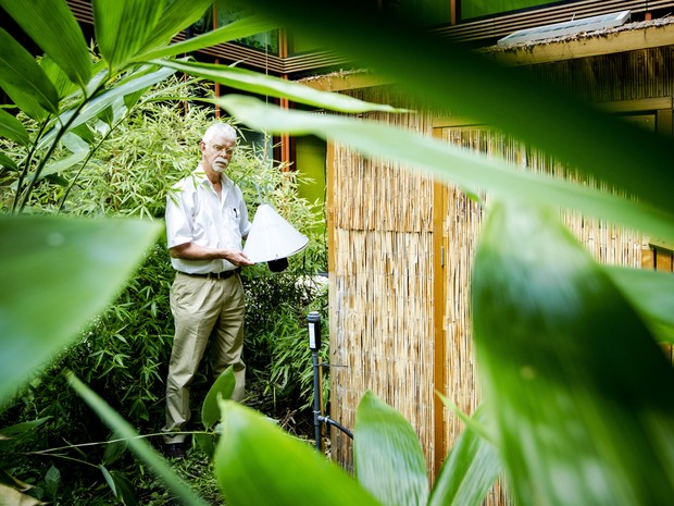 Willem Takken, professor que testou o equipamento contra mosquitos (Foto: Robin van Lonkhuijsen / ANP / AFP )
