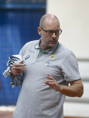 Morten Soubak no treino da seleção brasileira de handebol (Foto: William Lucas/Photo&Grafia)