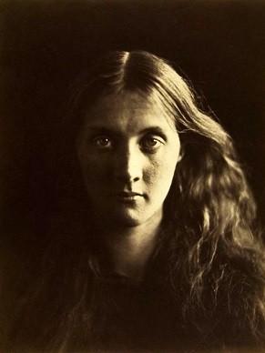 A escritora Virginia Woolf fotografada por Julia Margaret Cameron (Foto: Reprodução/ Wikimedia Commons)