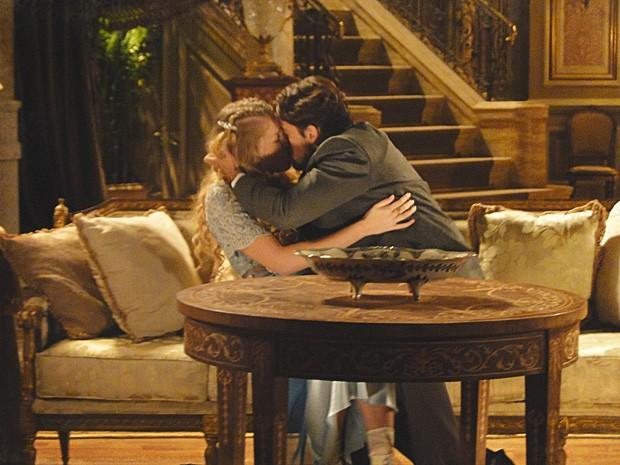 Albertinho beija Esther, mas é interrompido por Bonifácio (Foto: Lado a Lado/TV Globo)