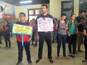 Professores pedem aumento salarial e qualidade na educação (Foto: Quésia Melo/ G1)