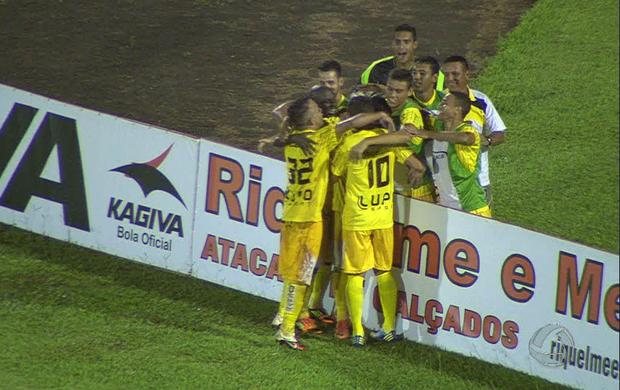 Jogadores do Cene comemoram gol da vitória sobre o Comercial-MS (Foto: Reprodução/TV Morena)