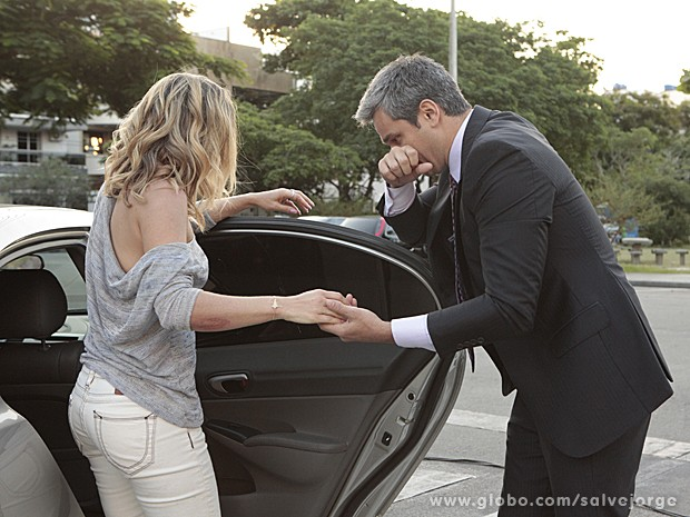 Haroldo diz que vai levar Érica ao hospital (Foto: Salve Jorge/TV Globo)