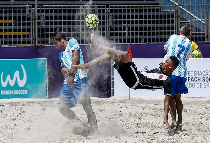 Em jogo de 15 gols, o Vasco da Gama venceu o Avaí por 8 a 7 na praia do Gonzaga (Foto: Marcello Zambrana)