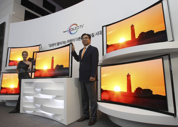 TV com tela curva apresenta imagem com melhor qualidade, diz a fabricante (Foto: DAhn Young-joon/AP)
