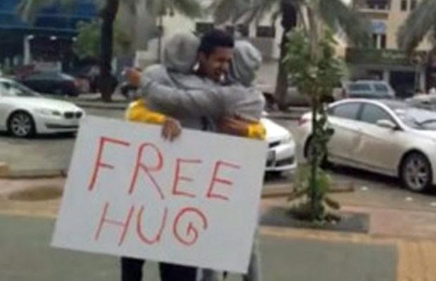 Suspeitos foram libertados após assinar um documento prometendo que não voltariam a oferecer abraços na rua. (Foto: BBC)