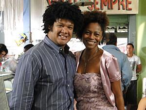 João Antonio e Edvana Carvalho exibem o figurino (Foto: Malhação / TV Globo)